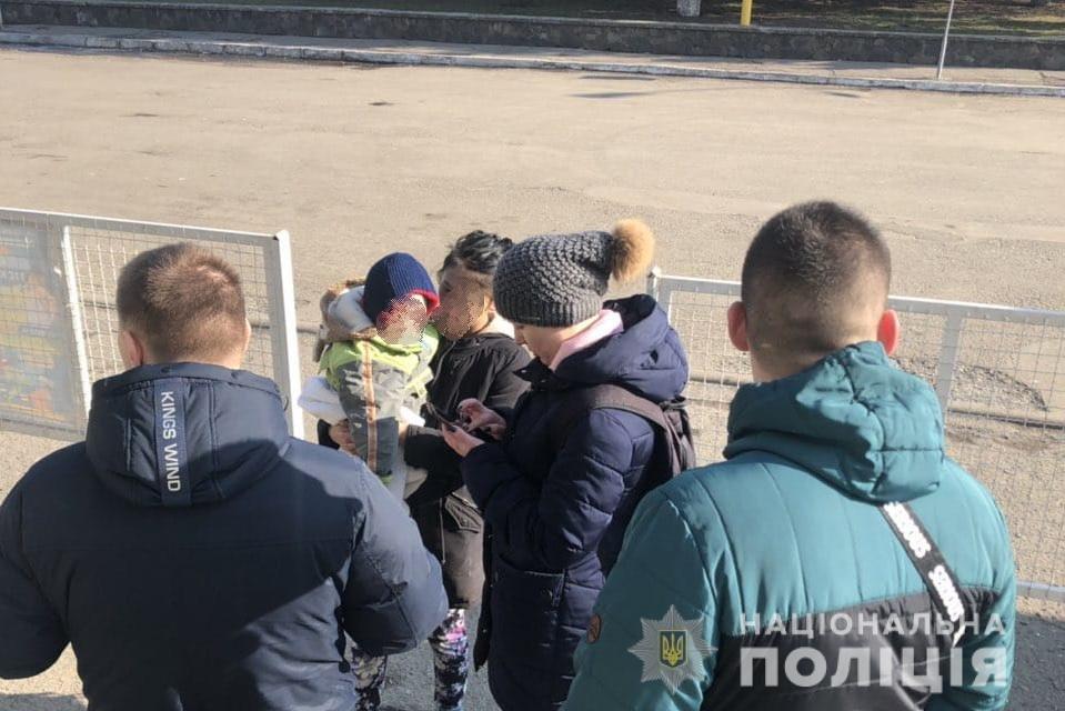 В Ужгороді правоохоронці вийшли у рейд та виявили факти використання дітей для жебрацтва (ФОТО), фото-1