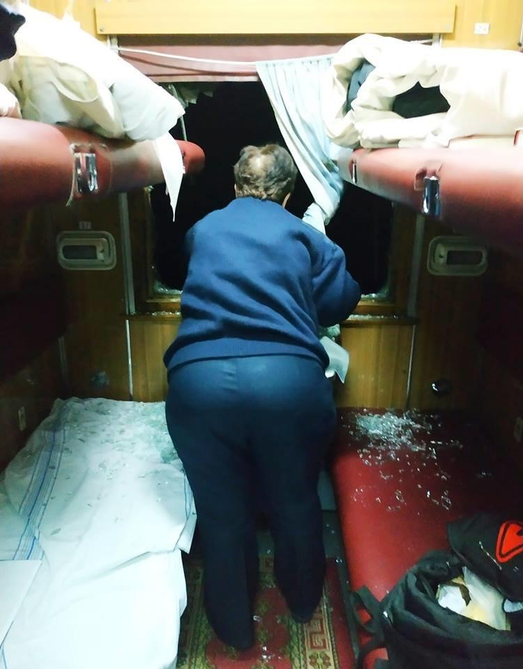 """У вікно потягу """"Київ-Рахів"""" зловмисники жбурнули камінь - постраждалі з порізами рук (ФОТО), фото-1"""