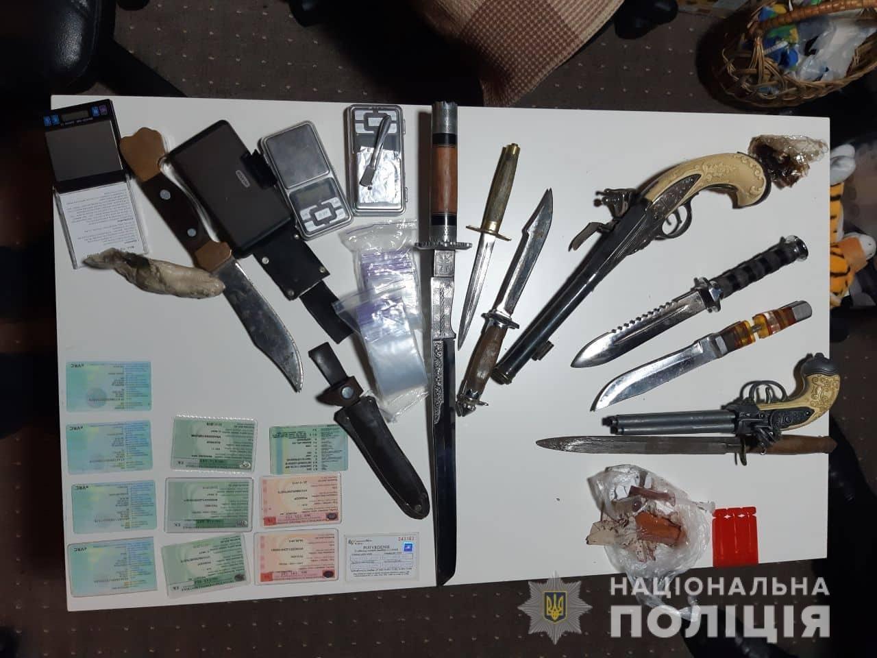 На Ужгородщині силовики знайшли у 42-річного чоловіка цілий арсенал зброї та шприци з наркотиками (ФОТО), фото-1