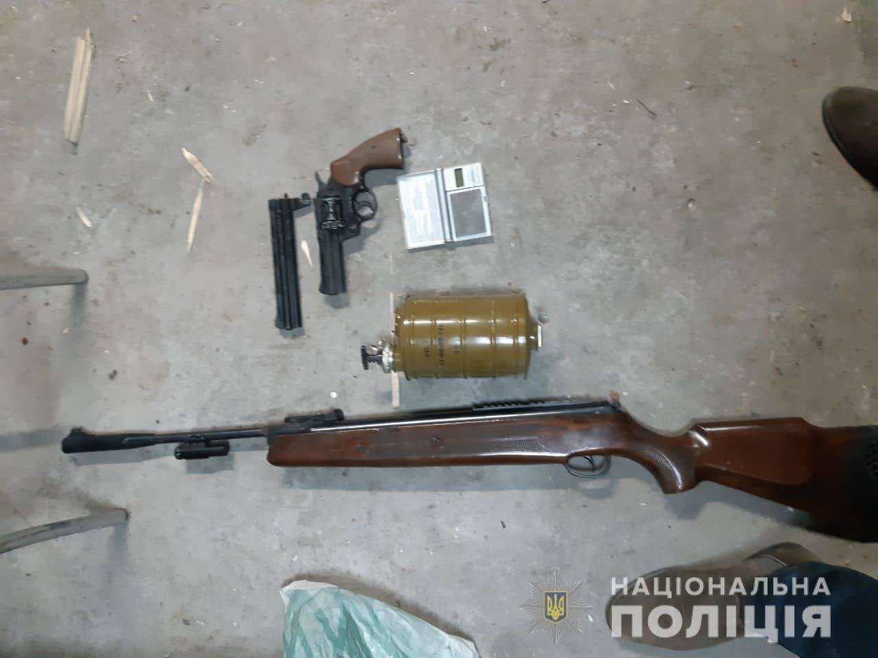 На Ужгородщині силовики знайшли у 42-річного чоловіка цілий арсенал зброї та шприци з наркотиками (ФОТО), фото-3