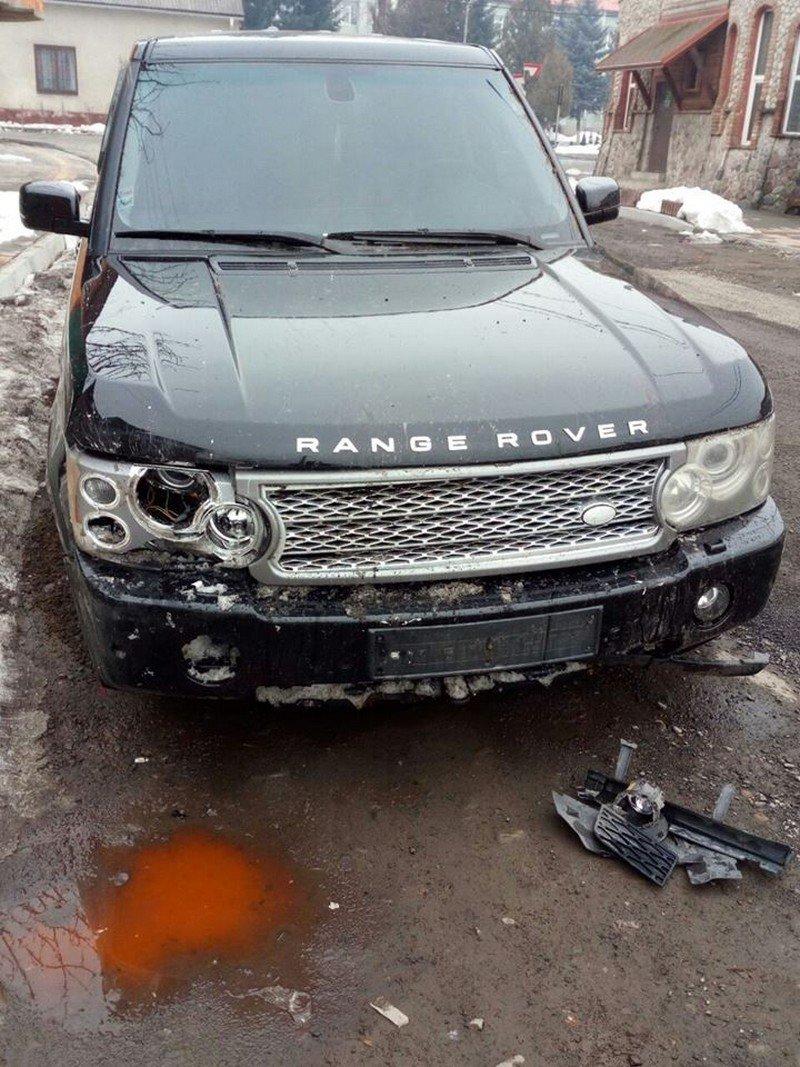 """Закарпатські полісмени затримали """"мажора"""" на Range Rover, котрий автівкою понищив сакури та втік з місця ДТП (ФОТО), фото-1"""