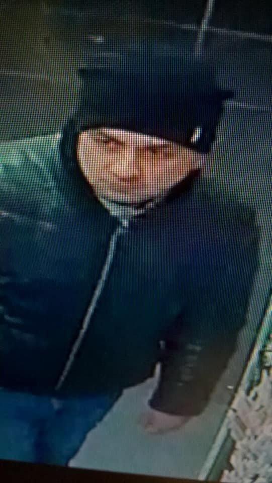 В Ужгороді розшукують чоловіка, який пішов з магазину з 10-ма пакунками підгузників, не розрахувавшись (ФОТО), фото-1