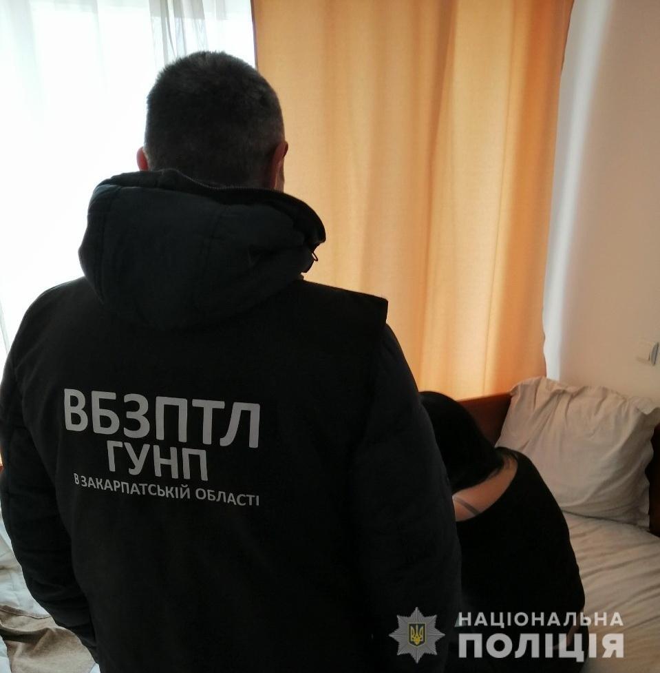 Інтернет-знайомства по-закарпатськи: Дві жінки з Ужгорода потрапили до рук поліції за проституцію, фото-1
