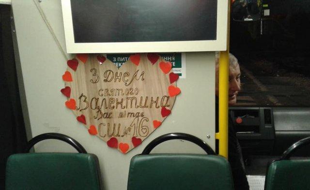 У Мукачеві водій до Дня Св. Валентина прикрасив салон автобусу сердечками та кульками (ФОТОФАКТ), фото-1