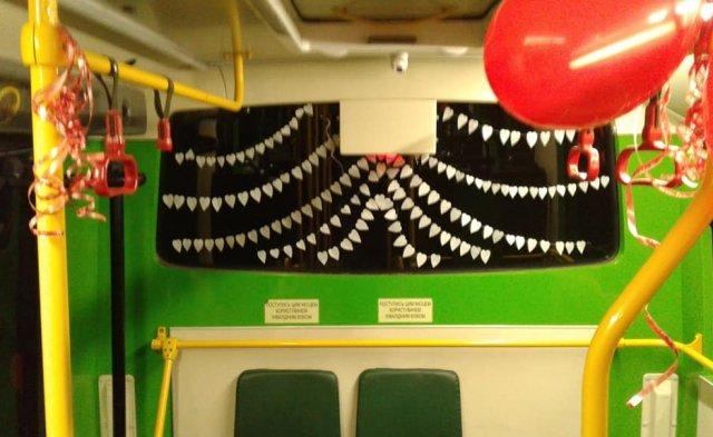 У Мукачеві водій до Дня Св. Валентина прикрасив салон автобусу сердечками та кульками (ФОТОФАКТ), фото-2
