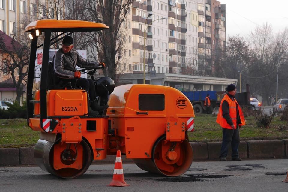 В Ужгороді взялися екстренно латати ями на понівечених міських дорогах (ФОТО), фото-2
