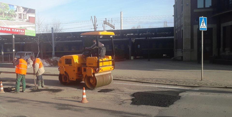 В Ужгороді взялися екстренно латати ями на понівечених міських дорогах (ФОТО), фото-1