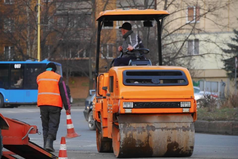 В Ужгороді взялися екстренно латати ями на понівечених міських дорогах (ФОТО), фото-3
