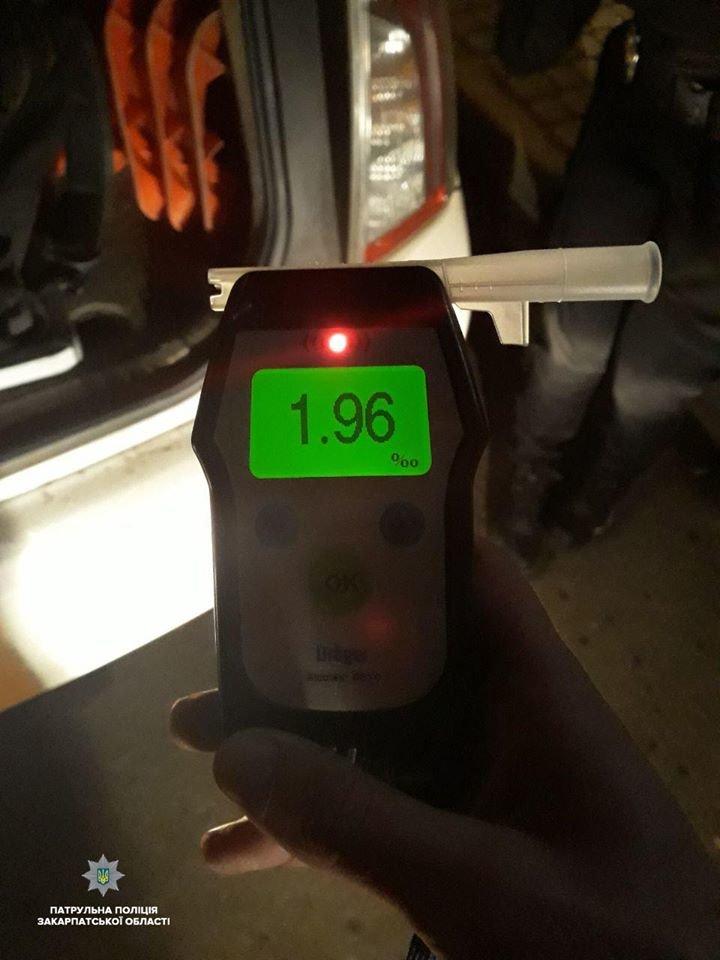 В Ужгородi п'яний водій врізався в припаркований на узбіччі автомобіль (ФОТО), фото-2