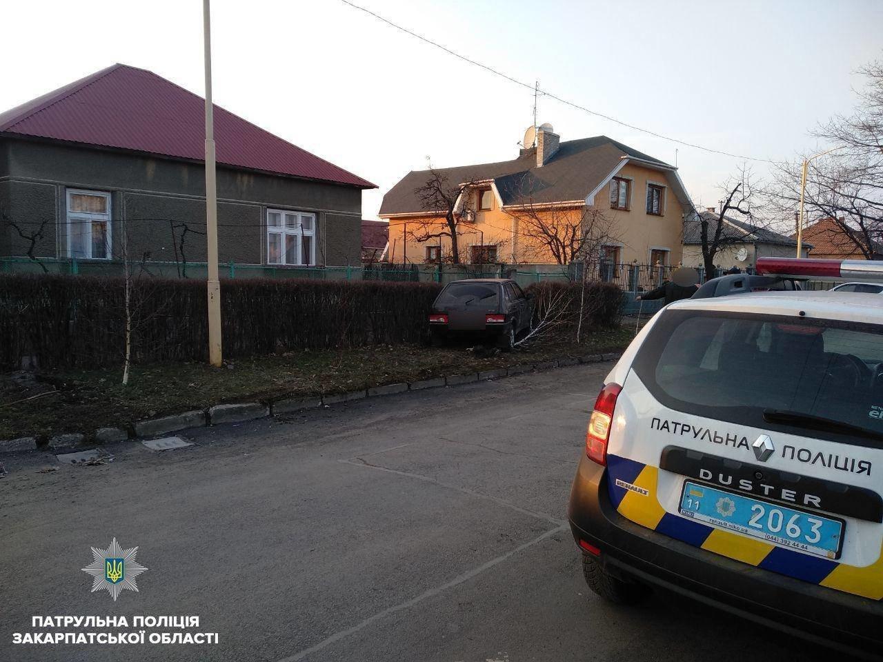 """В Ужгороді патрульні затримали п`яного водія ВАЗу, який скоїв ДТП і """"накивав п'ятами"""" (ФОТО) , фото-3"""