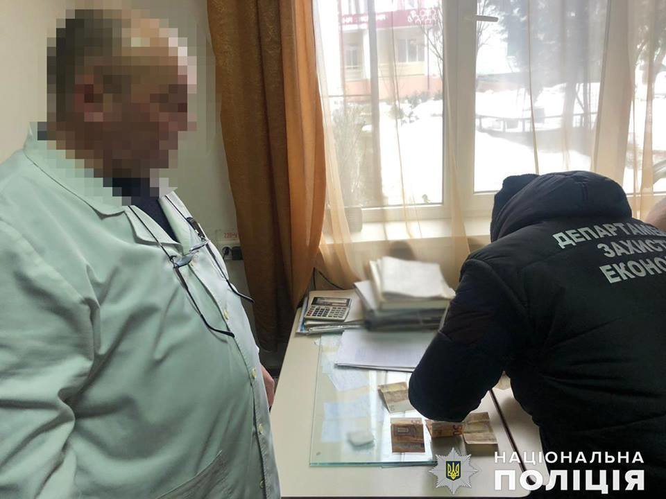 У поліції розповіли, що затриманий лікар-хабарник погрожував перевести пацієнтку в комі з реанімації до палати (ФОТО), фото-4