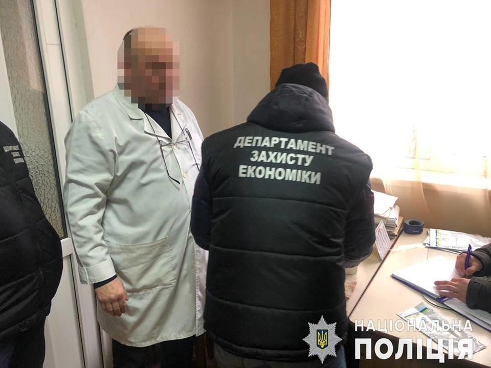 У поліції розповіли, що затриманий лікар-хабарник погрожував перевести пацієнтку в комі з реанімації до палати (ФОТО), фото-2