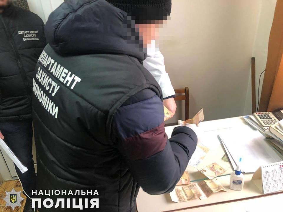 У поліції розповіли, що затриманий лікар-хабарник погрожував перевести пацієнтку в комі з реанімації до палати (ФОТО), фото-1