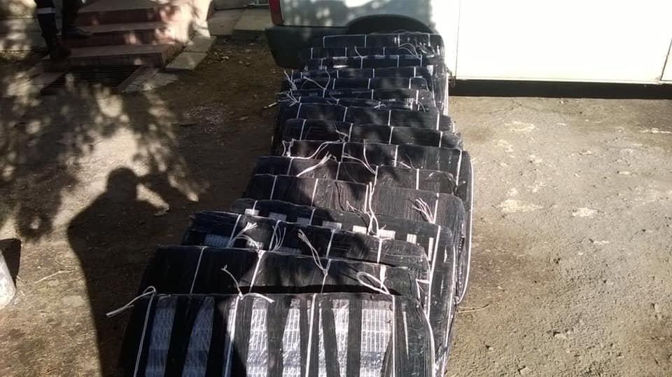 Митники виявили під рудою 15 тисяч пачок контрабандних цигарок у потягу, що прямував до Словаччини (ФОТО), фото-2