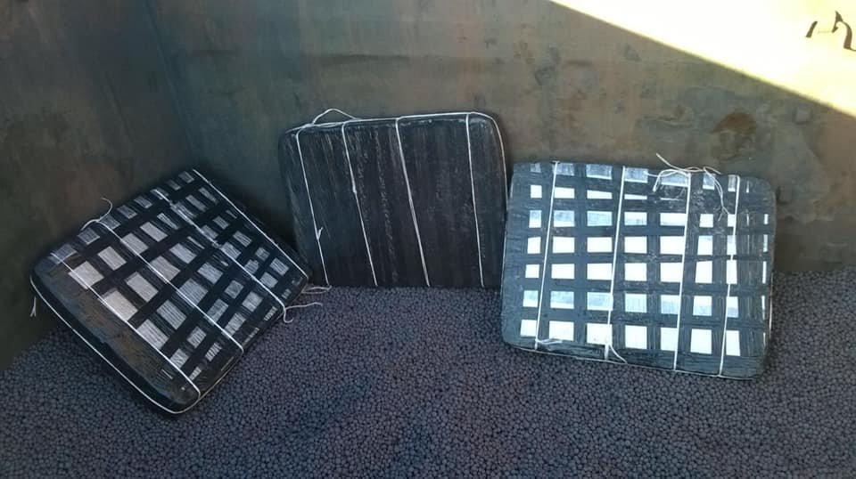 Митники виявили під рудою 15 тисяч пачок контрабандних цигарок у потягу, що прямував до Словаччини (ФОТО), фото-1