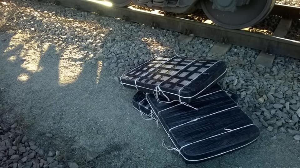 Митники виявили під рудою 15 тисяч пачок контрабандних цигарок у потягу, що прямував до Словаччини (ФОТО), фото-3