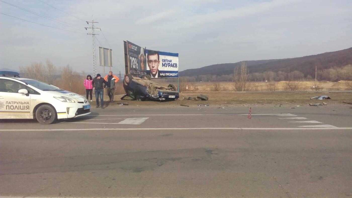 На об'їзній Ужгорода не розминулись дві автівки: одна з них перекинулась (ФОТО), фото-2