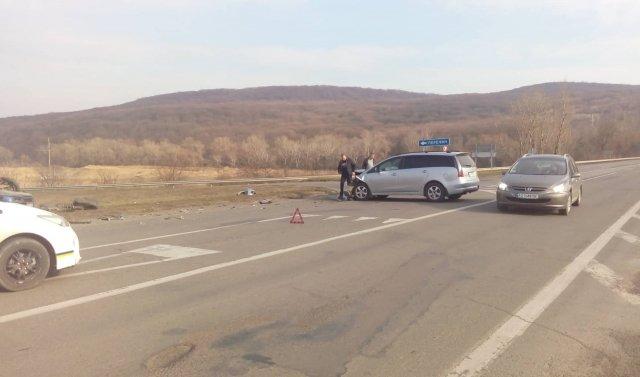 На об'їзній Ужгорода не розминулись дві автівки: одна з них перекинулась (ФОТО), фото-1