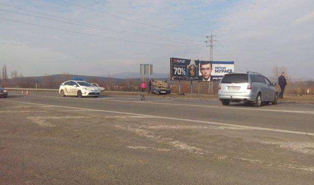 На об'їзній Ужгорода не розминулись дві автівки: одна з них перекинулась (ФОТО), фото-3