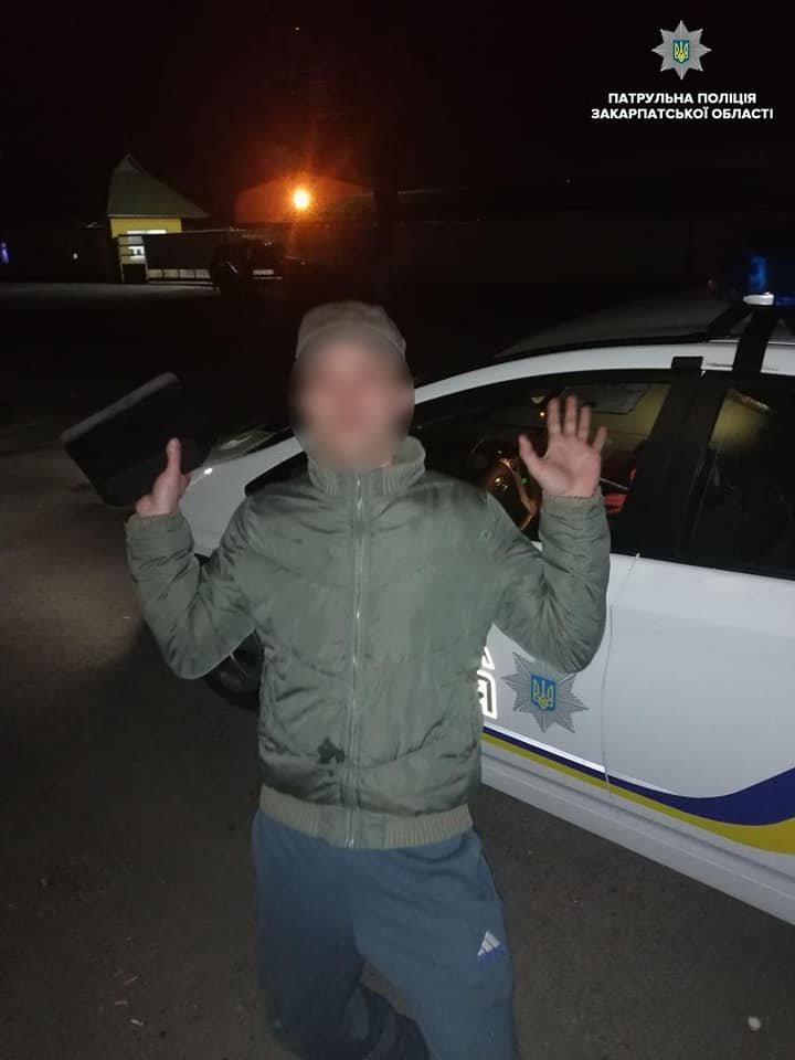 На Закарпатті п'яний водій під час затримання лаявся, справляв потребу та врешті-решт дав хабара патрульним (ФОТО), фото-2