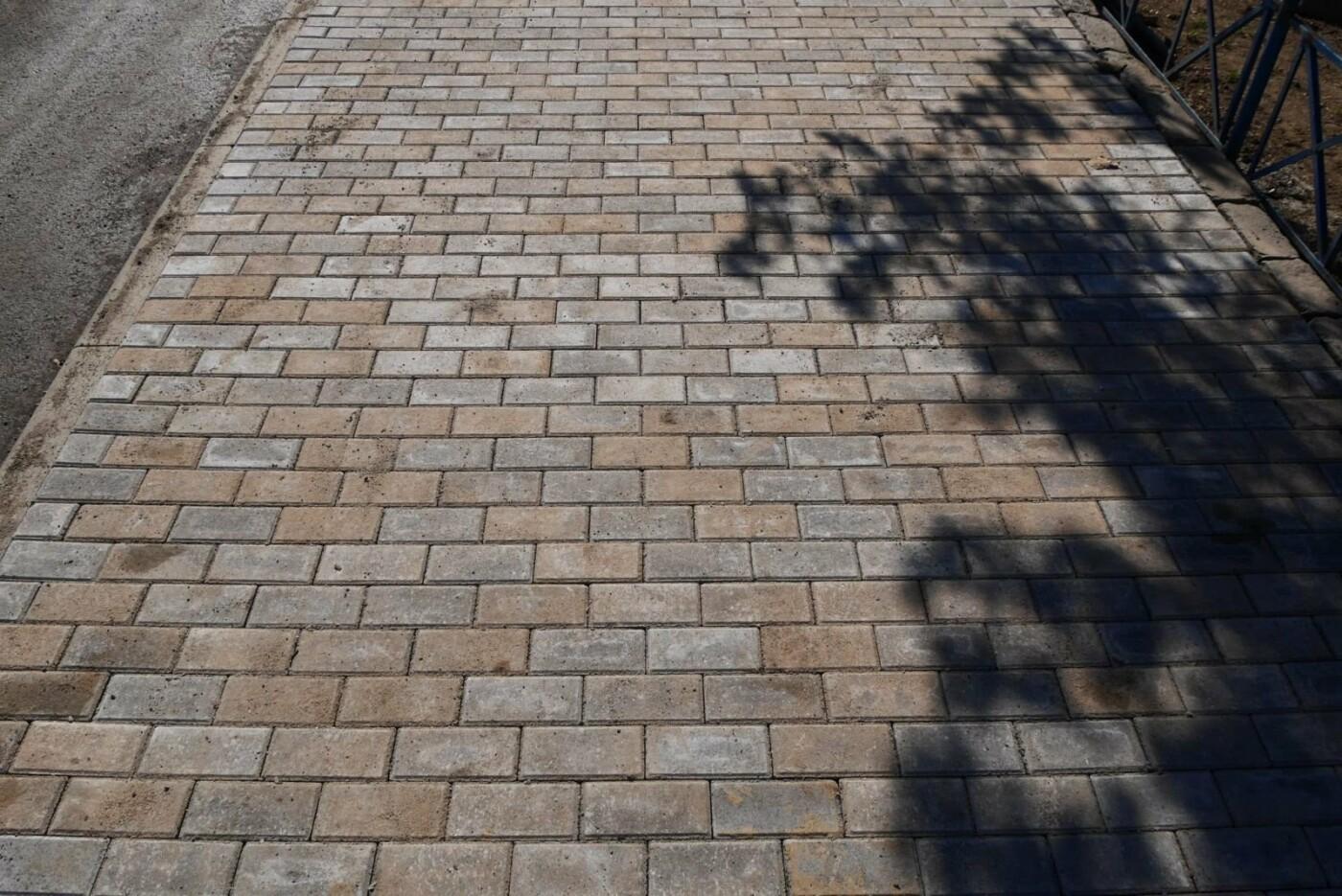 В Ужгороді на Шумній почали викладати плиткою тротуари (ФОТОФАКТ), фото-2