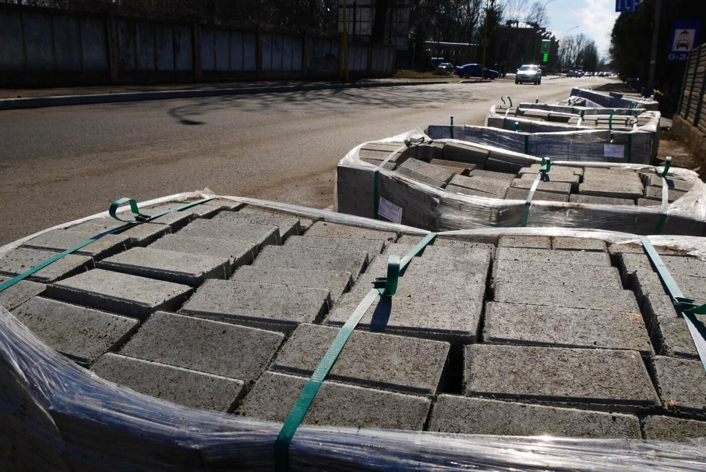 В Ужгороді на Шумній почали викладати плиткою тротуари (ФОТОФАКТ), фото-1