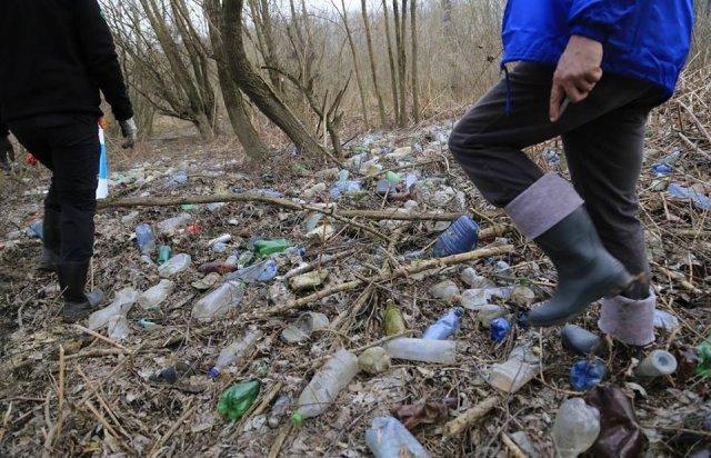 По той бік кордону угорські волонтери збирали пластик, який принесла з України Тиса  (ФОТО, ВІДЕО), фото-3