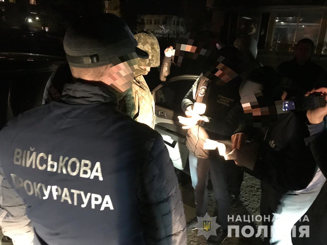 Закарпатського прикордонника, який вимагав гроші за сприяння у переміщенні нелегалів, взяли під варту, фото-1