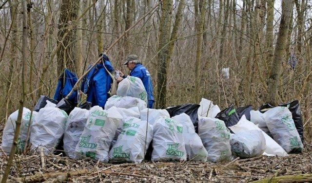 По той бік кордону угорські волонтери збирали пластик, який принесла з України Тиса  (ФОТО, ВІДЕО), фото-1