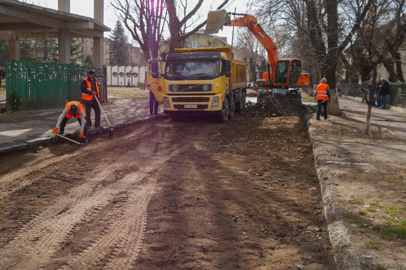 В Ужгороді стартував ремонт однієї з вулиць - заміняють стару бруківку асфальтом (ФОТО, фото-2