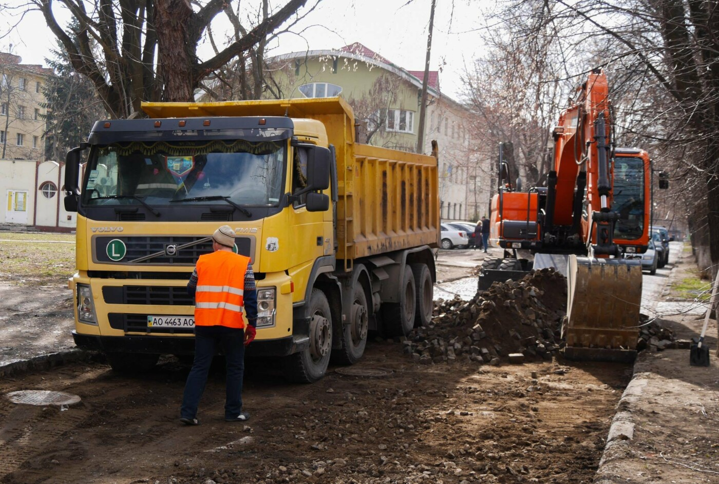 В Ужгороді стартував ремонт однієї з вулиць - заміняють стару бруківку асфальтом (ФОТО, фото-1