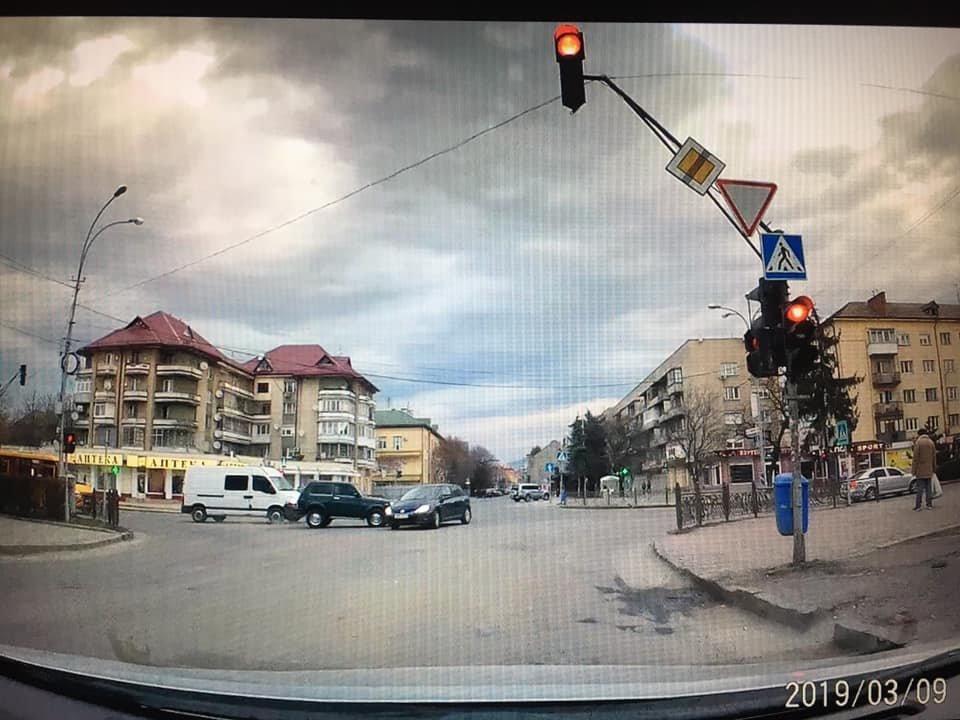 """В Ужгороді на проспекті Свободи """"Нива"""" влетіла у """"Peugeot"""" (ВІДЕО), фото-2"""