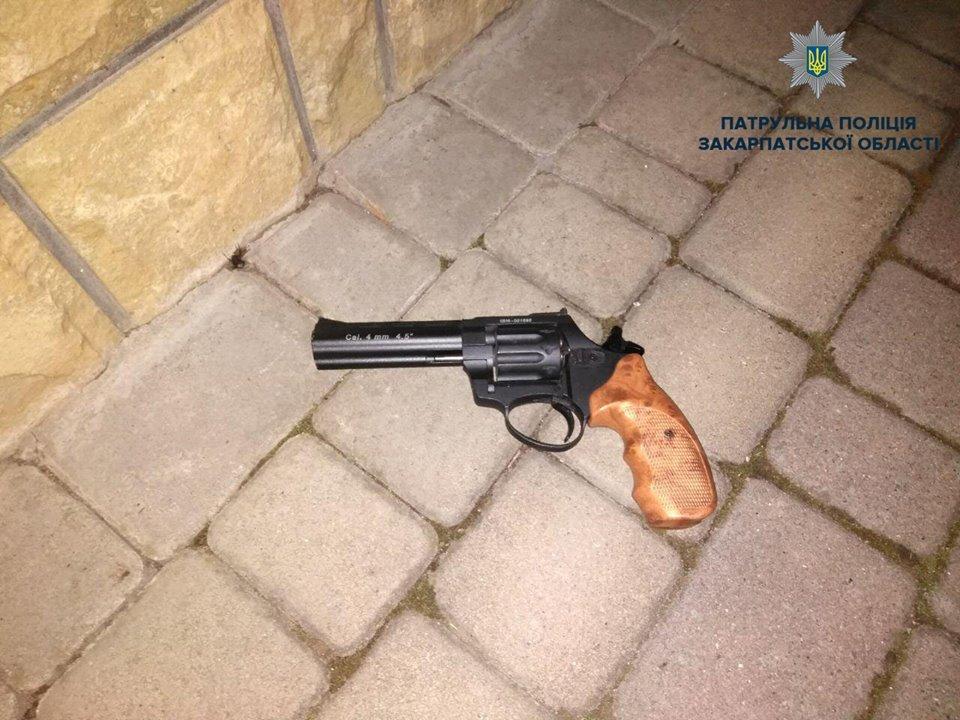 Патрульні розповіли деталі затримання п'яного закарпатця, який стріляв та погрожував вбити дітей (ФОТО), фото-2