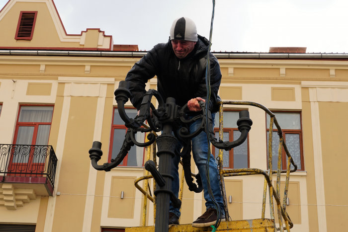 В Ужгороді замінюють ліхтар, збитий у грудні посадовцем (ФОТОФАКТ) , фото-7