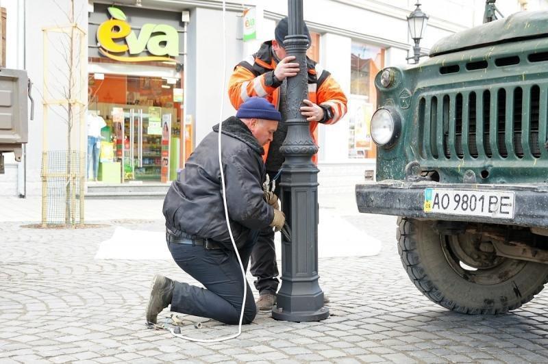 В Ужгороді замінюють ліхтар, збитий у грудні посадовцем (ФОТОФАКТ) , фото-5