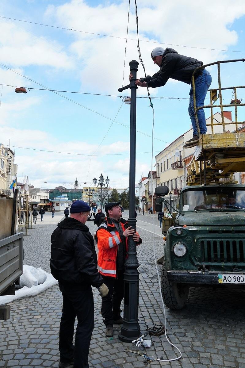 В Ужгороді замінюють ліхтар, збитий у грудні посадовцем (ФОТОФАКТ) , фото-4