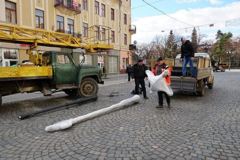 В Ужгороді замінюють ліхтар, збитий у грудні посадовцем (ФОТОФАКТ) , фото-3