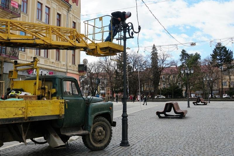 В Ужгороді замінюють ліхтар, збитий у грудні посадовцем (ФОТОФАКТ) , фото-1