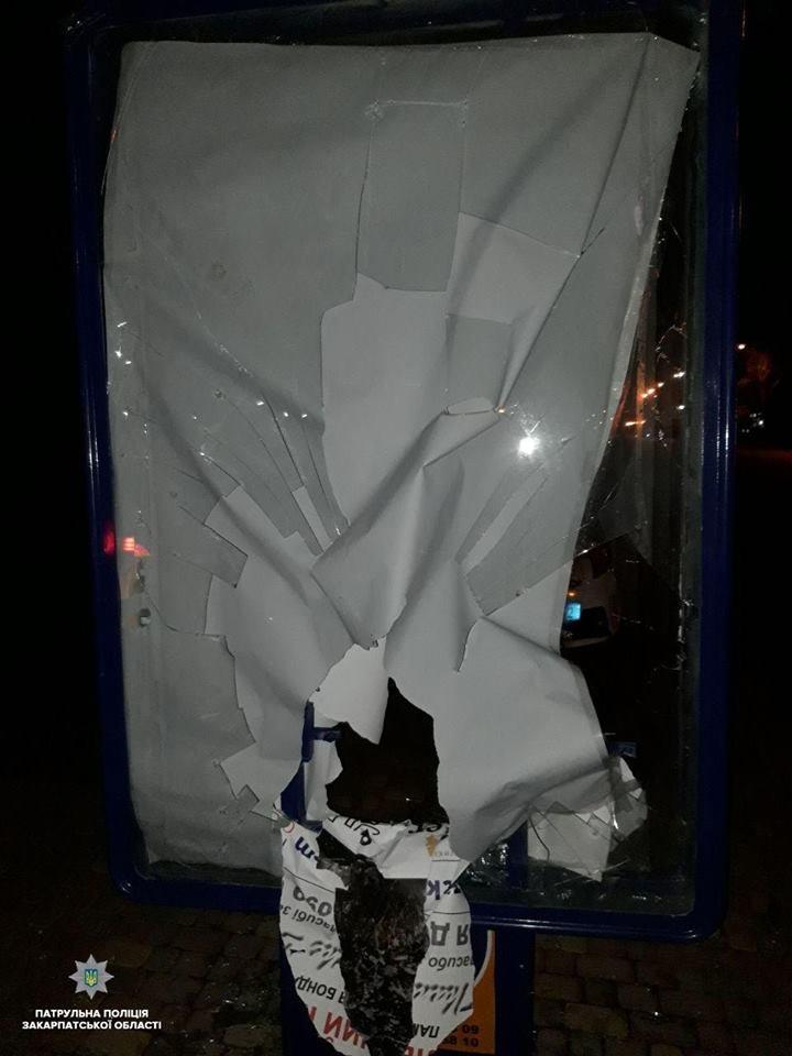 Патрульні в Ужгороді затримали трьох хлопців, які розбили рекламний сіті-лайт (ФОТО), фото-1