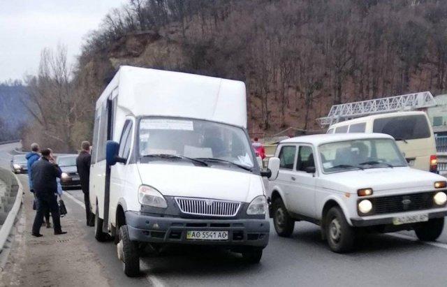 На Закарпатті на  трасі Київ — Чоп автомобіль зіткнувся з маршруткою (ВІДЕОФАКТ), фото-2