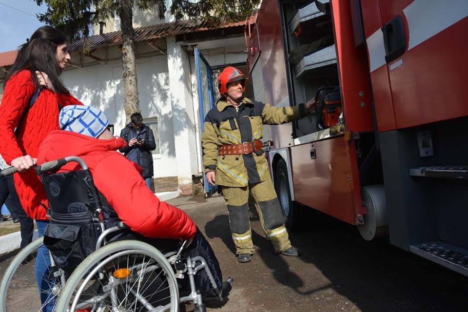 Фото дня: як в Ужгороді вогнеборці здійснили мрію 13-річного Михайла, фото-4