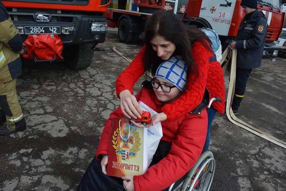 Фото дня: як в Ужгороді вогнеборці здійснили мрію 13-річного Михайла, фото-2