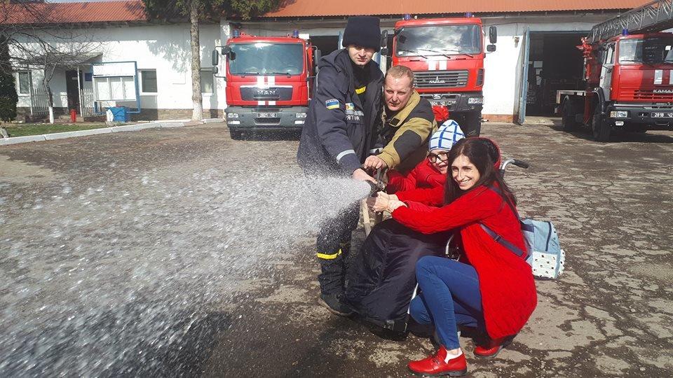 Фото дня: як в Ужгороді вогнеборці здійснили мрію 13-річного Михайла, фото-13