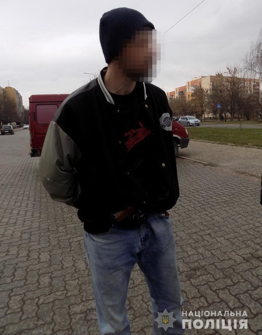 В Ужгороді на Легоцького затримали чоловіка зі зброєю (ФОТО), фото-1