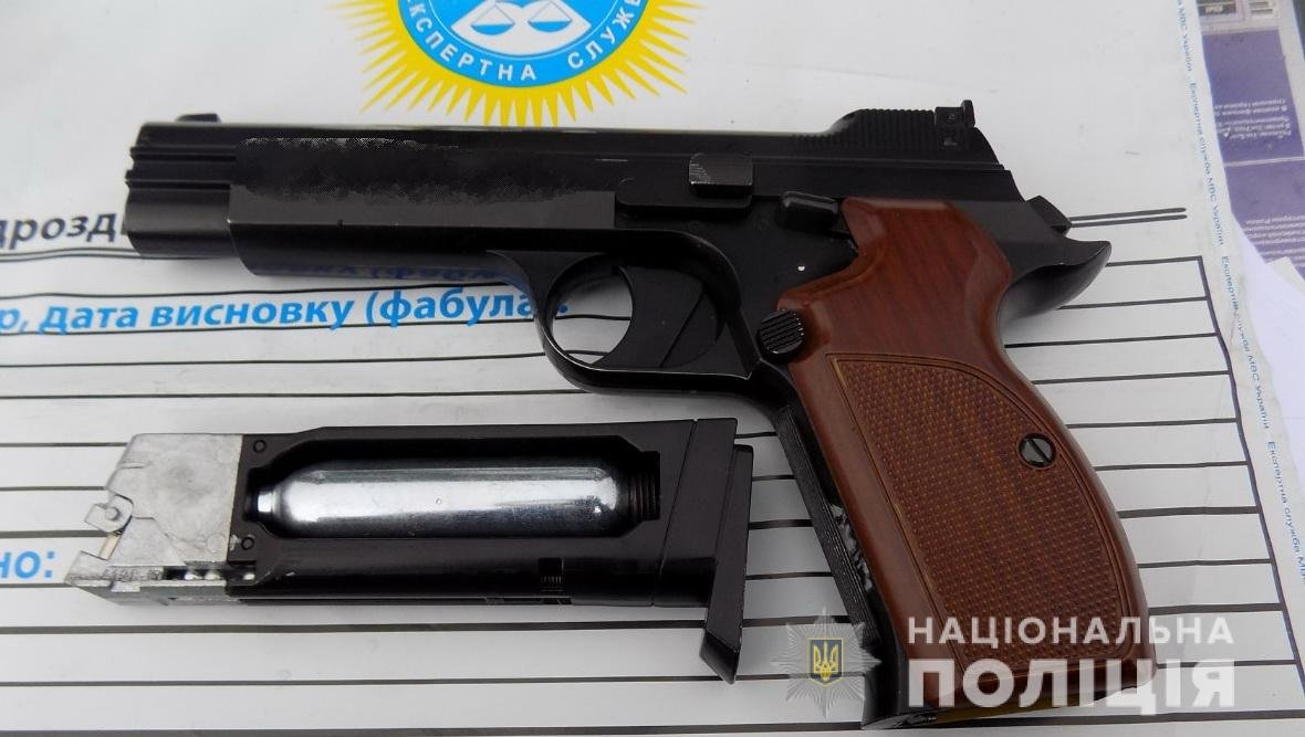 В Ужгороді на Легоцького затримали чоловіка зі зброєю (ФОТО), фото-2