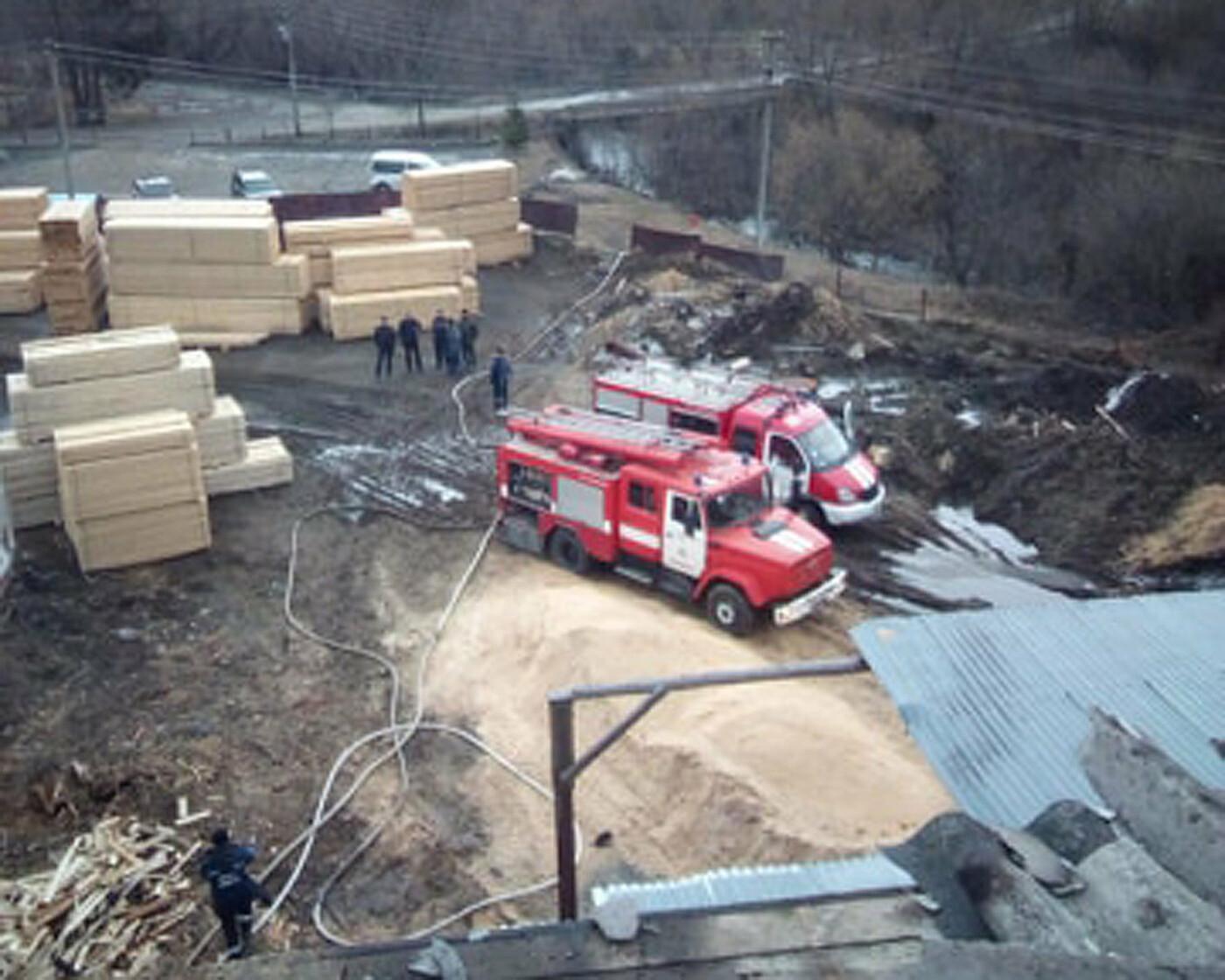 Закарпатські вогнеборці врятували від пожежі цех для вирoбництва паливних брикетів (ФОТО), фото-1