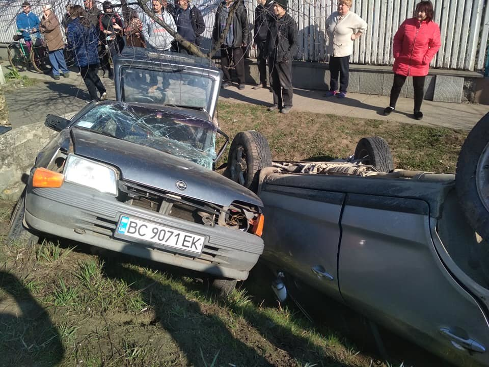 Моторошна аварія під Мукачевом: автівки злетіли в кювет, у важкому стані двоє постраждалих (ФОТО, ВІДЕО), фото-1