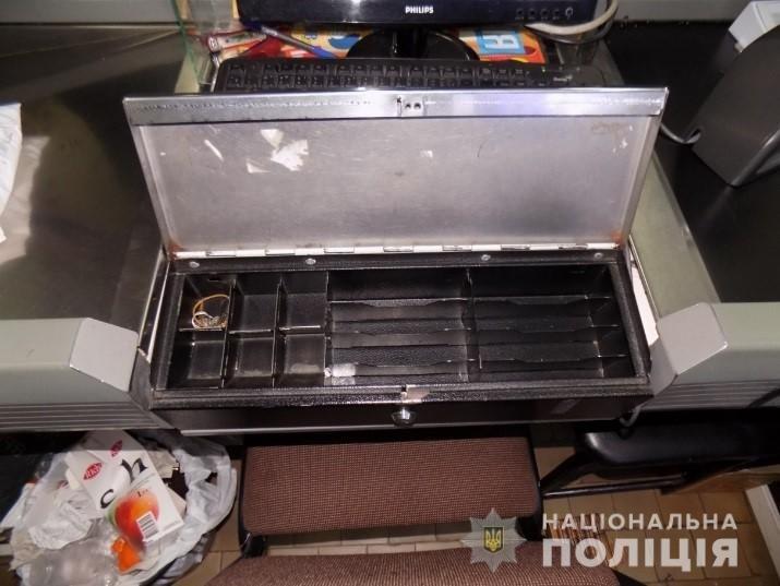На Закарпатті молодики скоїли розбійний напад на цілодобовий магазин (ФОТО), фото-2