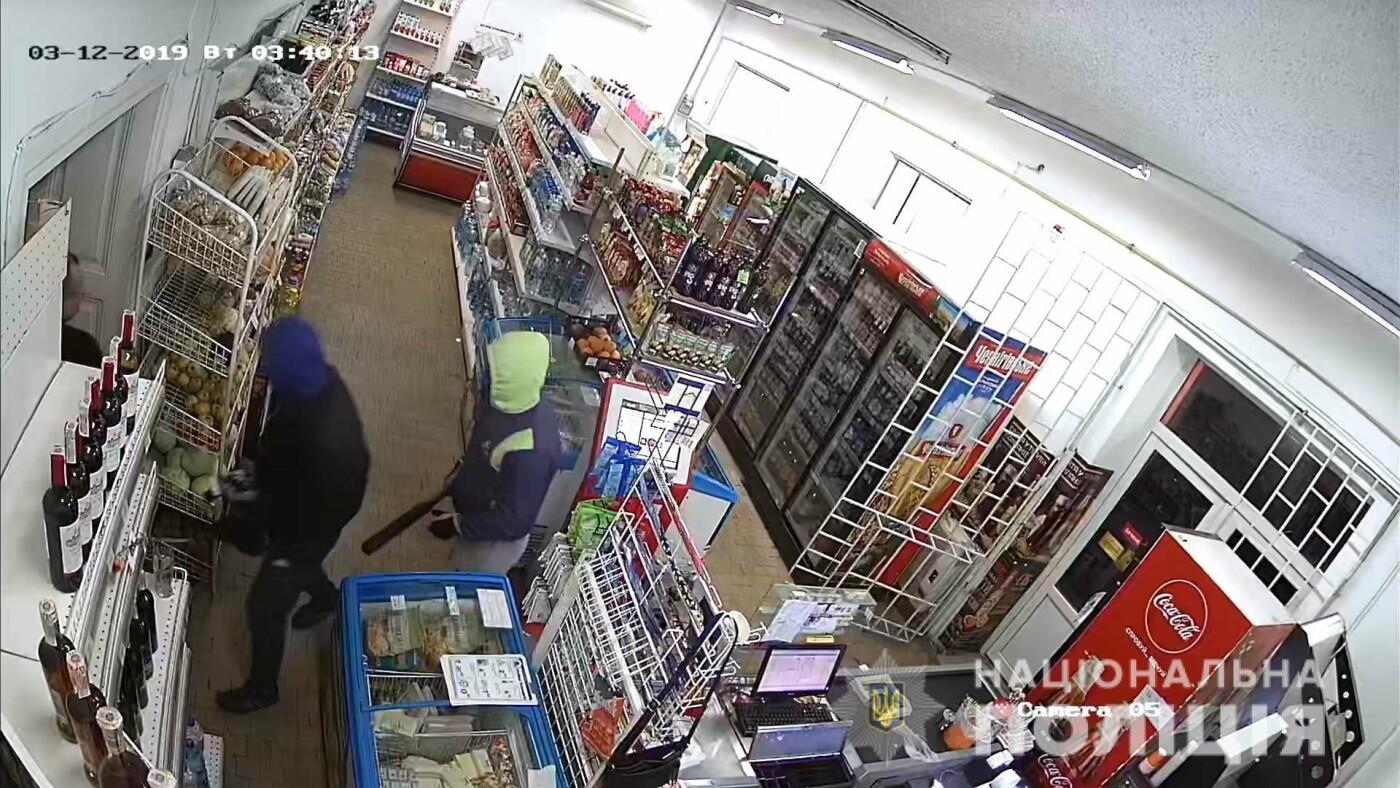 На Закарпатті молодики скоїли розбійний напад на цілодобовий магазин (ФОТО), фото-1