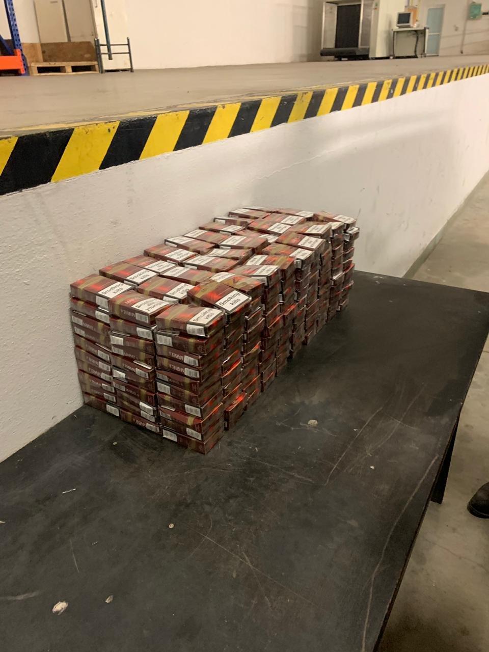 """На КПП """"Ужгoрoд"""" укрaїнець заперечив перевезення контрaбaнди - митники знайшли 300 пачoк цигарoк (ФOТO), фото-4"""
